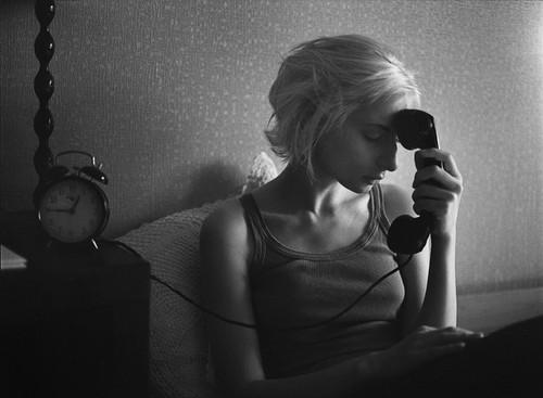 blond,bw,girl,phone,sad-82fbf0c9e7811434c67862831830b6ec_h
